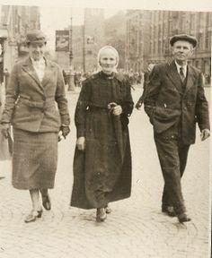 Ook de foto van opa en opoe op de Dam in Amsterdam met hun goede vriendin juffr. Ouwenaller, liet hij zien. Opoe in de Achterhoekse dracht, het parapluutje in de hand geklemd, voor je weet maar nooit,  en opa zo ontspannen alsof hij alle dagen in de stad liep. #Gelderland #Achterhoek