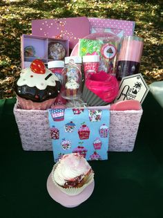 Cupcake Gift Basket Idea, for the bakers, foodies, and those who have a sweet-tooth Cupcake Gift Baskets, Kids Gift Baskets, Themed Gift Baskets, Raffle Baskets, Craft Gifts, Diy Gifts, Cute Gifts, Best Gifts, Boyfriend Gift Basket