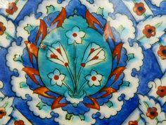 Rüstem Paşa Camii Turkish Art, Turkish Tiles, Islamic Tiles, Antique Tiles, Tile Patterns, Pottery Art, Contemporary Artists, Ceramic Art, Decorative Plates