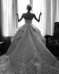 6,116 個讚,66 則留言 - Instagram 上的 SAIID KOBEISY(@saiidkobeisyofficial):「 The nude plunging neckline sleeveless wedding dress from #Bridal2018 by #SaiidKobeisyBridal! We'll… 」