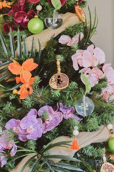 how to decorate tropical bohemian tree Bohemian Christmas, Summer Christmas, Christmas Home, Xmas, Christmas Ideas, Tropical Christmas Decorations, Holiday Decor, Christmas Interiors, Winter Project