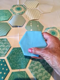 Modern Hexagon Stars Tutorial This tutorial is for a 26 inches x 26 inches mini quilt using my variation on Nicole Daksiewicz's clever M...