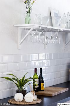 hylla,vägghylla,kök,köksbänk,glashållare,glas,diy Kitchen Interior, Kitchen Design, Kitchen Decor, Glass Kitchen, New Kitchen, Home Interior Design, Herd, Wine Glass Storage, Wine Glass Shelf