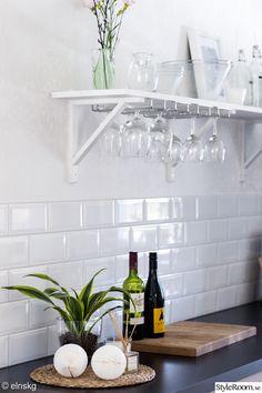 hylla,vägghylla,kök,köksbänk,glashållare,glas,diy