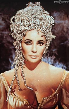 elizabeth taylor in one of her many looks from the movie Cleopatra Hollywood Icons, Old Hollywood Glamour, Golden Age Of Hollywood, Vintage Hollywood, Classic Hollywood, Elizabeth Taylor Cleopatra, Elizabeth Taylor Eyes, Edward Wilding, Timeless Beauty
