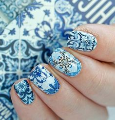 Amazing and intricate winter nail art details. Fill your nails with these pretty designs using white and sky blue nail polish, perfect for the winter season ahead.