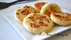Learn how to make Arepas de Queso - a staple from Colombia and Venezuela. Learn how to make Arepa Rumbera, Arepa Pabellón, Reina Pepiada, Cachapas and more. My Colombian Recipes, Colombian Food, Slow Cooked Chicken, How To Cook Chicken, Arepa Recipe, Dominos Recipe, Recipe Master, Rib Meat, Eating Alone