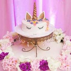 Gracias Iris por la foto!!! #bandejadetorta #cakestagram #cakestand #goldenstand #unicornio #unicorn #rosas #pasteleria #pastel #eventplanner #eventos #cumpleaños