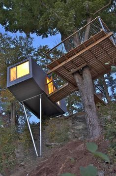 How To Build A Treehouse ? This Tree House Design Ideas For Adult and Kids, Simple and easy. can also be used as a place (to live in), Amazing Tiny treehouse kids, Architecture Modern Luxury treehouse interior cozy Backyard Small treehouse masters Tree House Designs, Tiny House Design, Cliff House, My House, House Deck, Style At Home, Treehouse Masters, Casas Containers, Cool Tree Houses