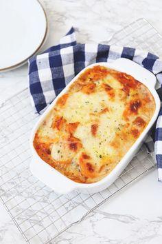 Moussaka met zoete aardappel. Een Griekse ovenschotel met een twist. Lekker met gehakt, aubergine en tomaat. Klik op de foto voor het recept.