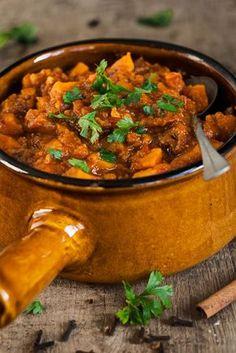 Marokkaanse runderstoof - The answer is food Healthy Slow Cooker, Healthy Crockpot Recipes, Slow Cooker Recipes, Beef Recipes, Food Platters, Food Dishes, Tagine, I Love Food, Good Food