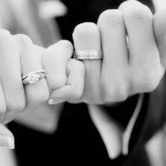 hasta el infinito y más allás en esta foto creativa y emotiva de los novios con las alianzas de la boda puestas y las manos entrelazadas