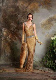 (Foto 2 de 23) Daisy: Traje de noche estilo Art Decó con corte a la cintura y escote en forma de pico, Galeria de fotos de Vestidos de noche estilo Art Decó