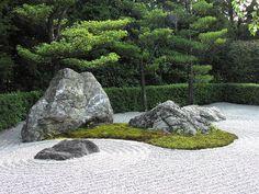 Jardin zen, jardin sec Le jardin zen est un jardin japonais... sec. Dans sa forme la plus stricte, on y trouve des rochers (ishi), du gravier qui symbolise l'eau, et de la mousse pour l'indispensable touche végétale. Evidemment, ce type de jardin demande très peu d'entretien, même si ratisser le gravier dans les règles de l'art est un vrai travail !