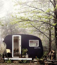 숲속의 휴식처! Caravane rétro noire - blog VtWonen via Nat et nature
