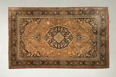 Fin GHOUM en soie (Iran), Epoque du Shah, (vers 1965)  Fond vieil or à décor…
