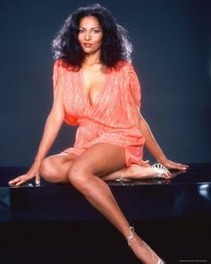 Glamorous 70s Vintage Fashion Inspiration of Pam Grier