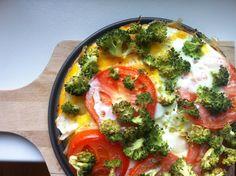 Ingredientes:  ♦ 1 cebolla  ♦ 1 tomate grande o cherry  ♦ 1 ramito de brocoli  ♦ 2 huevos  Preparación:  ♦ Empezamos cortando la cebolla a cubos. Pero no muy diminuta. La esparcimos por la cazuela o bandeja, y la metemos al horno unos 15 minutos a unos 175ºC.  ♦ Cortamos a rebanadas el tomate (o los cherry), y los añadimos a la cebolla y horneamos unos 5 minutos más.  ♦ Por último, añadimos los huevos (yo usé 2 claras y una yema rota) y el brocoli sin cortar. Simplemente separaremos las