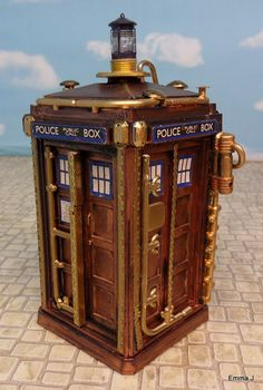 Emma J. liked what she saw in a steampunk Dalek so proceeded to create her own. Along with a terrific steampunk TARDIS to match. Casa Steampunk, Costume Steampunk, Mode Steampunk, Steampunk Design, Steampunk Fashion, Gothic Fashion, Steampunk Artwork, Steampunk Crafts, Steampunk Lamp
