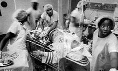 des chirurgiens noirs en train de soigner un membre du Ku Klux Klan