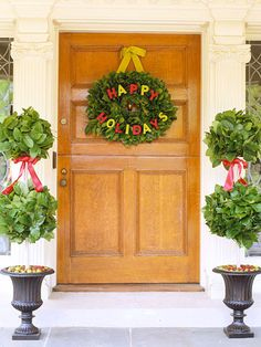 No matter the theme you choose for your Christmas decorations, a festive Christmas wreath is always a classic decorating touch. Deck your door in Christmas style with these easy ideas for beautiful Christmas wreaths and other pretty holiday welcomes. Christmas Front Doors, Christmas Door Decorations, Christmas Porch, A Christmas Story, Holiday Wreaths, Merry Christmas, Outdoor Decorations, Christmas Ideas, Christmas Entryway