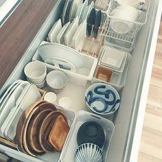 女性で、のブックスタンド/フランフラン/無印良品/キッチン収納/ニトリ/収納見直し隊…などについてのインテリア実例を紹介。「真っ白い食器ばっかりだったんですが 最近食器集めにはまってて 収納見直しました\(^^)/ また食器の新入りがあるので そのために少しあけてます!!」(この写真は 2016-03-08 14:40:56 に共有されました)