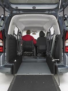 REBAJE DE PISO COMPLETO - Vehículo especialmente diseñado para permitir a las personas en silla de ruedas acceder hasta el lugar del conductor desde la puerta trasera. Ello se consigue mediante un rebaje de suelo y la instalación de asientos giratorios a ambos lados del interior, quedando el vehículo en 3 plazas + silla de ruedas.