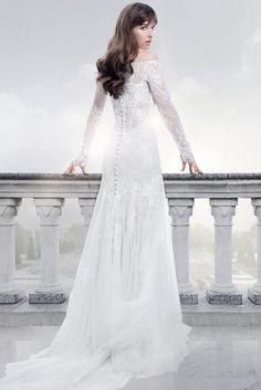 Già da qualche mese l'abito da sposa di Anastasia Steele (Dakota Johnson) è stato svelato grazie a un post ufficiale su Twitter e al