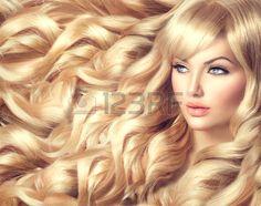rostros bellos: Chica modelo hermosa con el pelo largo y rubio y rizado