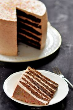 Tort czekoladowy z kremem truskawkowym