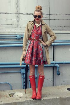 modcloth: (via Atlantic-Pacific: Rain Check) Thou shall copy this outfit. Red Hunter Boots, Red Rain Boots, Rain Boots Fashion, Hunter Boots Outfit, Red Wellies, Hunter Wellies, Hunter Shoes, Fashion Shoes, Karen Walker