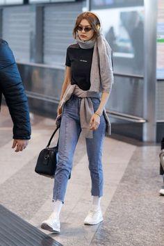 Gigi Hadid Arriving at the Airport in Milan - Womens Outerwear Looks Gigi Hadid, Bella Gigi Hadid, Gigi Hadid Style, Kendall Jenner, Estilo Gigi Hadid, Gigi Hadid Outfits, Stylish Summer Outfits, Celebrity Outfits, Outerwear Women