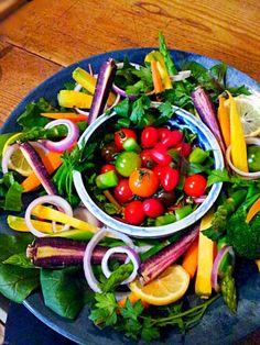 最初はバーニャカウダにしようと野菜を切っていたけど やっぱり素材の美味しさを味わっていただきたく 岩塩とレモン、オリーブオイルを添えました。 喜んでくれると いいな―(*^^*) - 174件のもぐもぐ - 友達からのリクエスト♪  こちらはサラダ版! あまーいトマトのアメーラルビンズ こっちではなかなか見られない黒にんじん&黄にんじんをタップリと! by wavie224
