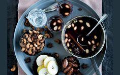 Æble-solbær-gløgg med varme krydderier og lette julesnacks