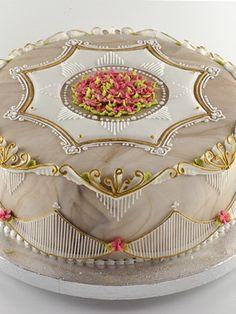 Королевская глазурь издавна считается классической отделкой английских свадебных тортов, тортов на крестины и другой подарочной и парадной выпечки.