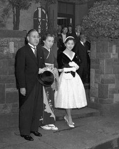 皇太子継宮明仁親王妃美智子(つぐのみやあきひとしんのうひみちこ)殿下となられる前の正田美智子(しょうだみちこ)さん(御実家の門前で御両親と)。→現在の美智子皇后陛下  Crown Princess Michiko of Japan