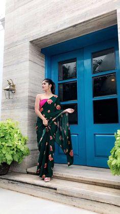 Emerald Green floral saree with fuschia blouse piece Trendy Sarees, Stylish Sarees, Fancy Sarees, Indian Dresses, Indian Outfits, Green Suit Women, Sarees For Girls, Saree Floral, Saree Hairstyles