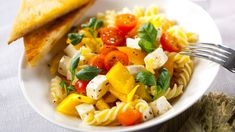 Feta-pastasalaatti Feta, Cantaloupe, Fruit, Recipes, Red Peppers, Recipies, Ripped Recipes, Cooking Recipes