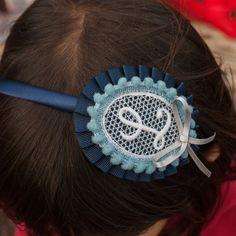 Diadema inicial bordada letra L azul por Pinkpireta en Etsy