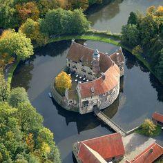 Vischering Castle in North Rhine-Westfalia, Germany | die-burg-vischering-liegt-im-muensterland-nordrhein-westfalen-.jpg