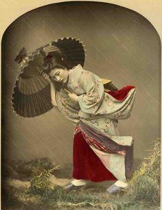 Mujer entre la lluvia. Kusakabe Kimbei. c. 1870  Foto: Biblioteca de Catalunya. Fondo de Hermenegildo Miralles i Anglès.  Exposición: Japonismo. La fascinación por el arte japonés. Barcelona. 14/06-15/09/2013.