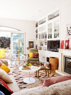 Una casa alegre y fresca. El color blanco sirve de fondo y potencia los destellos de color de algunos muebles....
