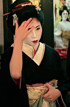Tomoka dressed for Kamogawa Odori in May 2006. On the poster in the background is Hisamari.