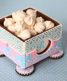 VIDEO: Advanced Cookie Box Assembly (aka How to Add Windows and Feet) with Julia M. Edible Cookies, Meringue Cookies, Galletas Cookies, Royal Icing Cookies, Fun Cookies, Cake Cookies, Sugar Cookies, Cookie House, Cookie Box