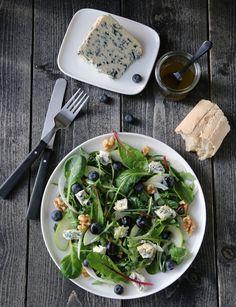 Salat med Saint Agur X Saint Agur, Salad Recipes, Healthy Recipes, Food Photography Tips, Arugula Salad, Blue Cheese, Spinach, Blueberry, Side Dishes