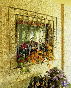 grade janela , parede tijolinho