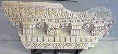 File:ArlesTeatroCornMensMuseo.jpg Cornice con mensole da Teatro di Arles, di epoca augustea (esemplare nel Museo archeologico). Da notare le decorazioni alternati del profilo inferiore della mensola e l'elemento interno degli archetti fogliforme nel kyma lesbio trilobato (con variazioni, più o meno stilizzate, nei diversi blocchi della cornice)