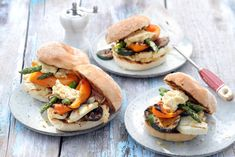 Halloumi burgers with grilled vegetables Halloumi, Salmon Burgers, Veggie Recipes, Bread Recipes, Vegetarian Recipes, Grilled Vegetables, Veggies, Tasty Kitchen, Asparagus