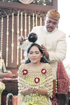 Traditional Indonesian weddings never fail to impress. Its symbolic meanings and beauty exudes nothing less than rich cultural feel. Take a look at the wedding of Sharin and Bayu from the lens of Soe Wedding Mandap, Wedding Vows, Dream Wedding, Flower Jewellery For Mehndi, Bridal Jewellery, Flowers Decoration, Diy Flowers, Cheese Squares, Indian Bridal Photos