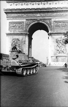 1944-París: Un Panther A de la División Leibstandarte SS Adolf Hitler con el Arco del Triunfo de fondo. No se si va camino a la Batalla de Normandía que al final desencadena la liberación de París o de salida a formar parte del 6.º Ejército Panzer.